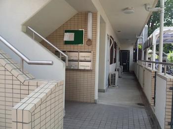 荻窪駅から徒歩15分の3SLDKマンションの通路